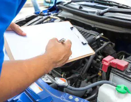 een auto controleren met een checklist