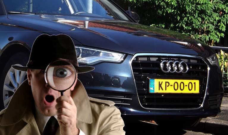 detective kijken naar een Nederlandse auto